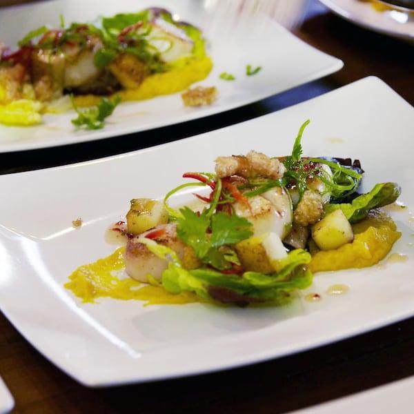 Des morceaux de viande, de pommes de terre et d'autres légumes dans une assiette.