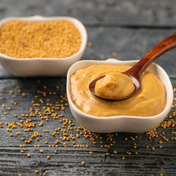Un bol de marinade et un bol de moutarde en grains.