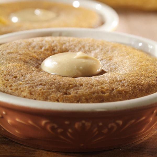 Pain de farine de maïs cuit à la vapeur dans un bol.