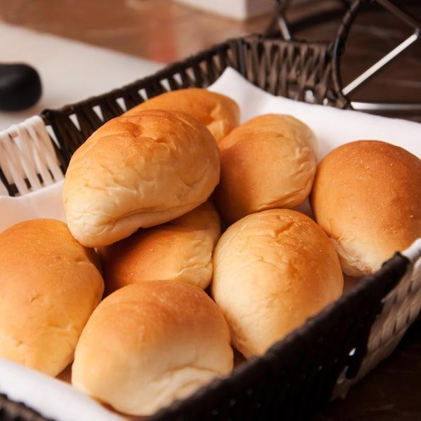 Huit petits pains dans un panier.