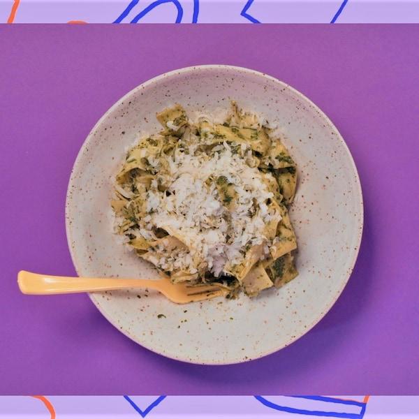 Un bol de pâtes pappardelle avec du parmesan.