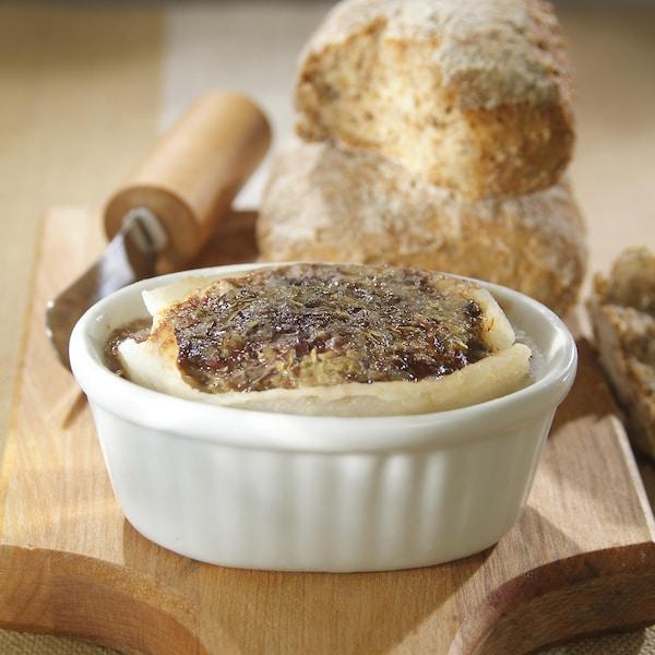 Pâté de foie de volaille dans un bol de céramique.