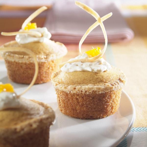 Petits gâteaux à la crème sûre dans une assiette.
