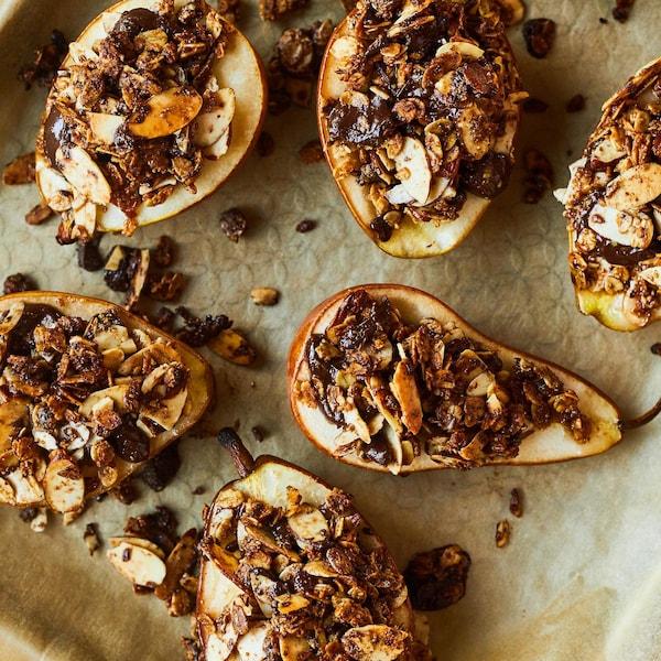 Plaque à cuisson de poires recouvertes de granola, chocolat et noix.