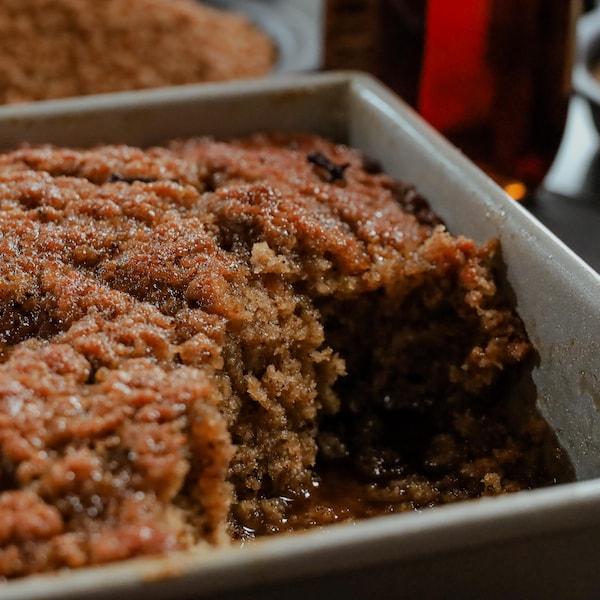 Un pouding chômeur à l'érable présenté dans un moule à gâteau rectangulaire.