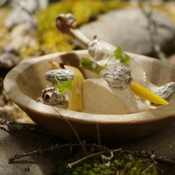 Poularde aux morilles et au vin jaune dans un bol.