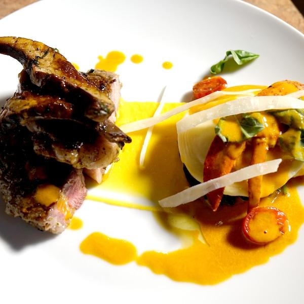 Des raviolis au homard avec des légumes déposés à côté de morceaux de viande.