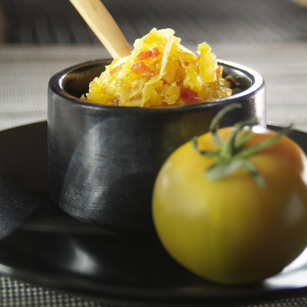 Relish au chou et aux tomates dans un bol.