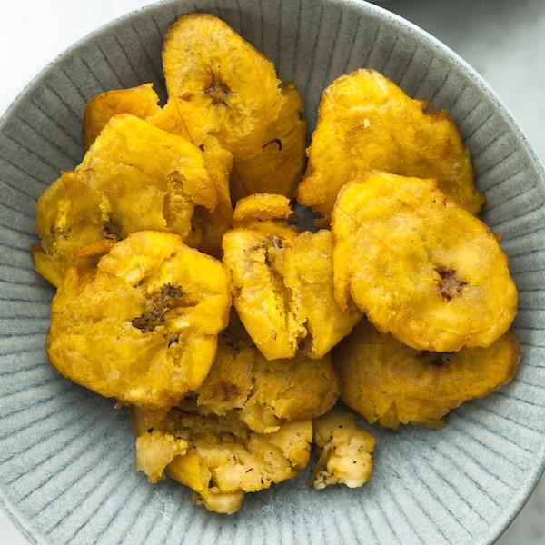 Des bananes pesées (ou plantains frits) servies dans un bol.