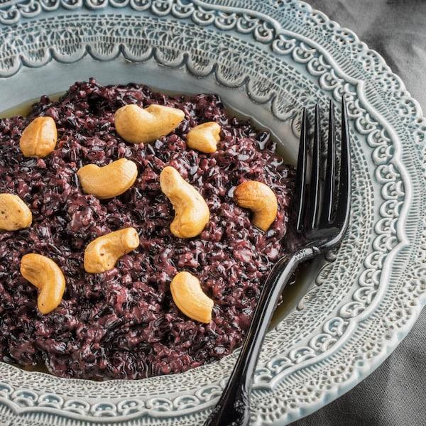 Une assiette de riz noir impérial style risotto.