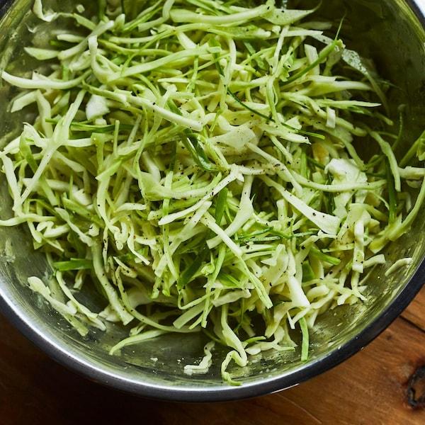 Grand bol rempli de salade de chou verte.