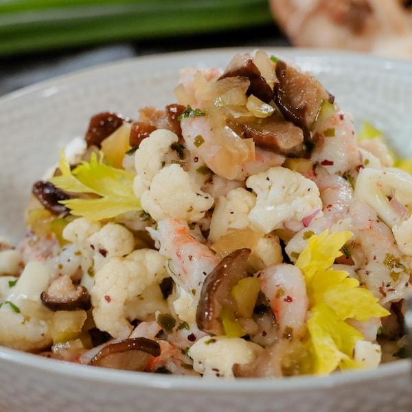 Un bol de salade de crevettes aux algues et aux shitakes marinés.