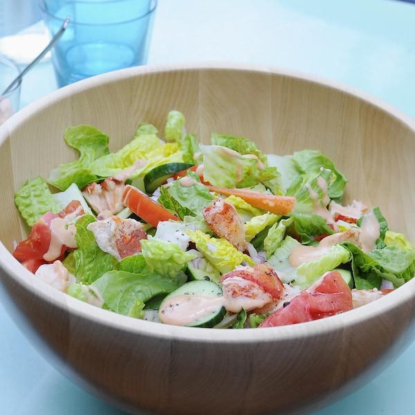 Un bol de salade de homard avec des tomates et sauce Mille-Îles.