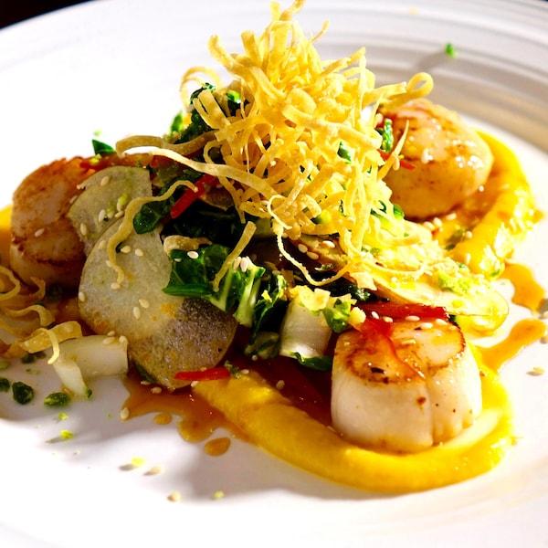 Une salade de poire asiatique et de pétoncles recouvert de wontons croustillants.