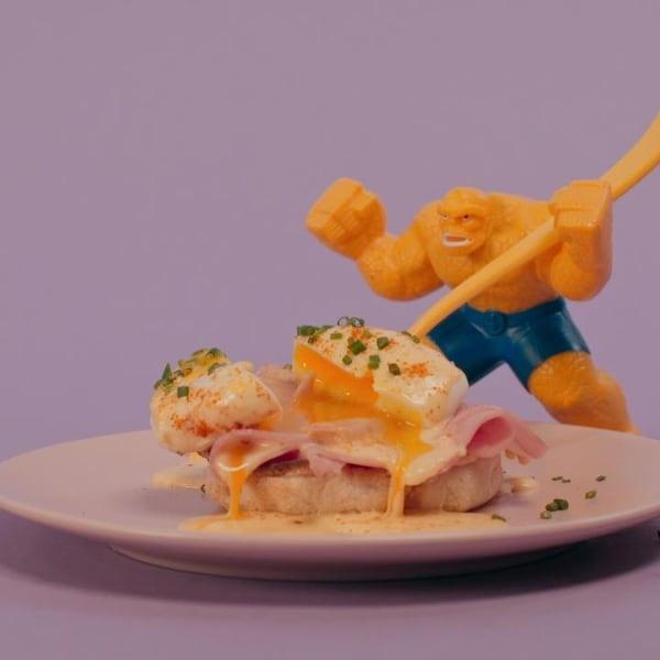 Une assiette d'œuf bénédictine sur pain avec sauce hollandaise.
