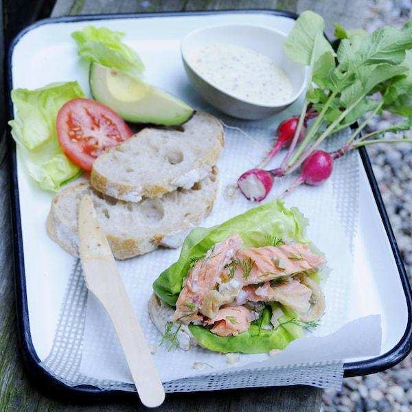 Saumon en sandwich club du vendredi dans une assiette.