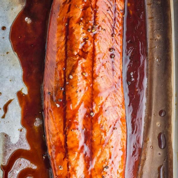 Un filet de saumon glacé dans une plaque à cuisson.
