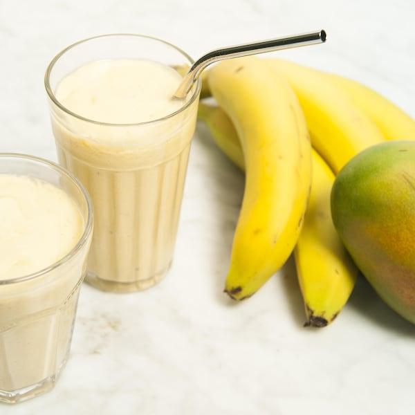 Deux verres de smoothie à la mangue et la banane.