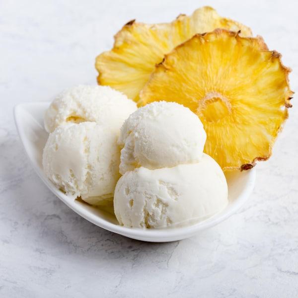 Des boules de crème glacée et des rondelles d'ananas dans un bol.
