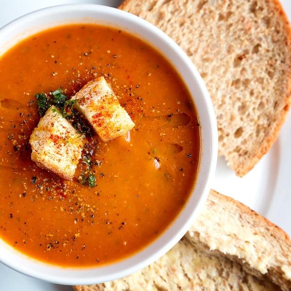 De la soupe aux tomates dans un bol.