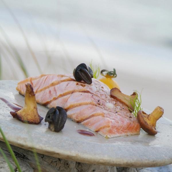 Des tranches de saumon de l'Atlantique grillées, sauce au vin rouge sur un plat.