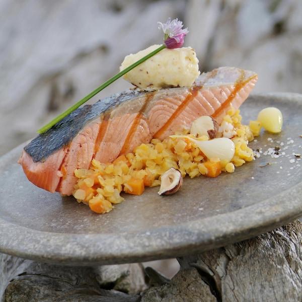 Tranches de saumon nerka ou sockeye grillée, lentilles au beurre de noisette dans une assiette.