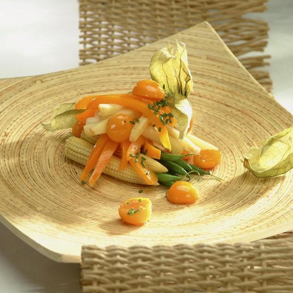 Trio de légumes aux cerises de terre dans une assiette.