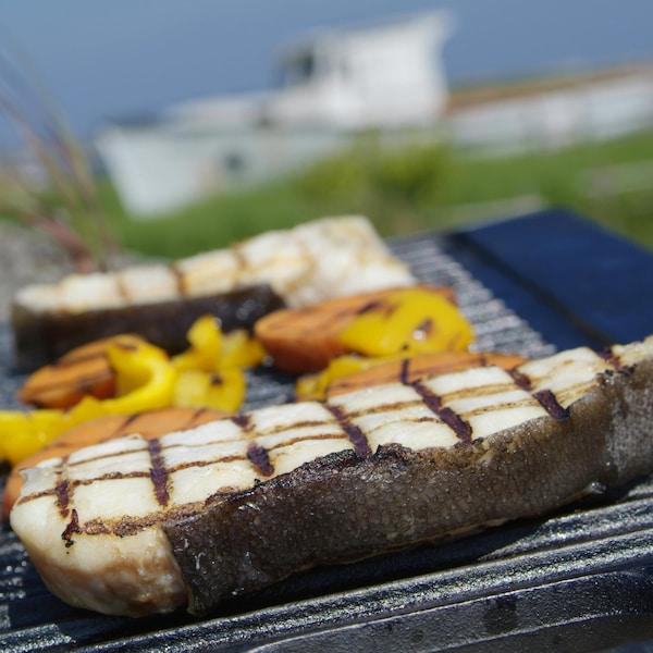 Tronçons de flétan grillé, sauce hollandaise sur une grille.