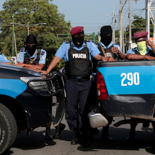 6 policiers encagoulés et alignés bloquent le passage avec leurs véhicules