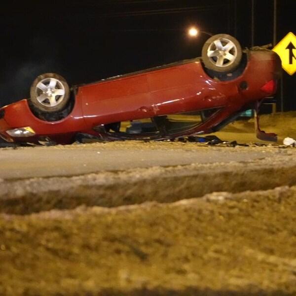 Une automobile rouge sur le toit.