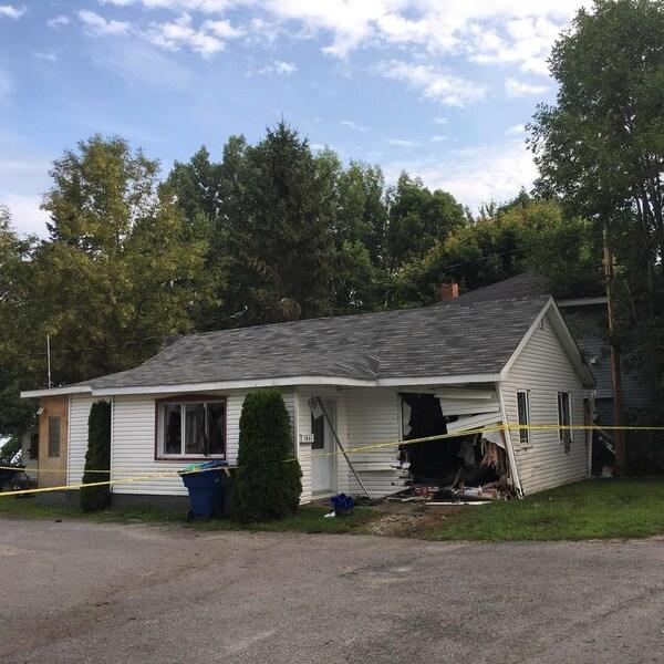La maison est lourdement endommagée.