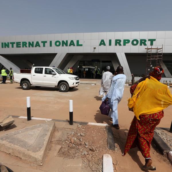 Des gens marchent vers le petit aéroport de Kaduna au Nigéria