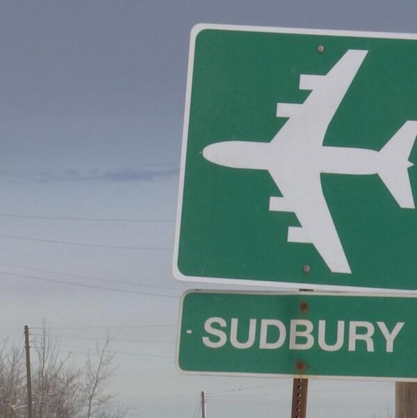 Une pancarte de bord de route indiquant la direction vers l'aéroport de Sudbury