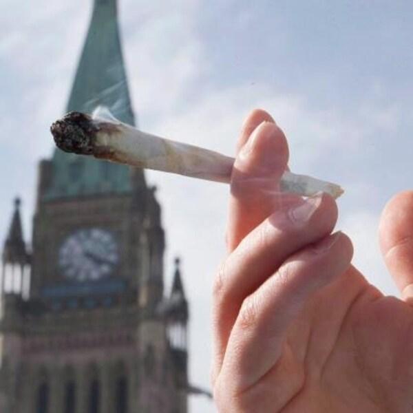 Visage d'un homme qui fume de la marijuana devant le parlement d'Ottawa.