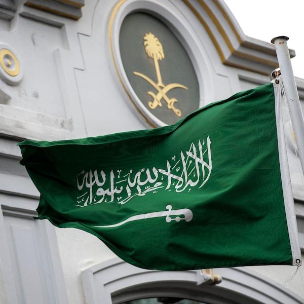Le drapeau saoudien flotte au-dessus du consulat saoudien à Istanbul, où le journaliste Jamal Khashoggi a été vu pour la dernière fois le 2 octobre dernier.