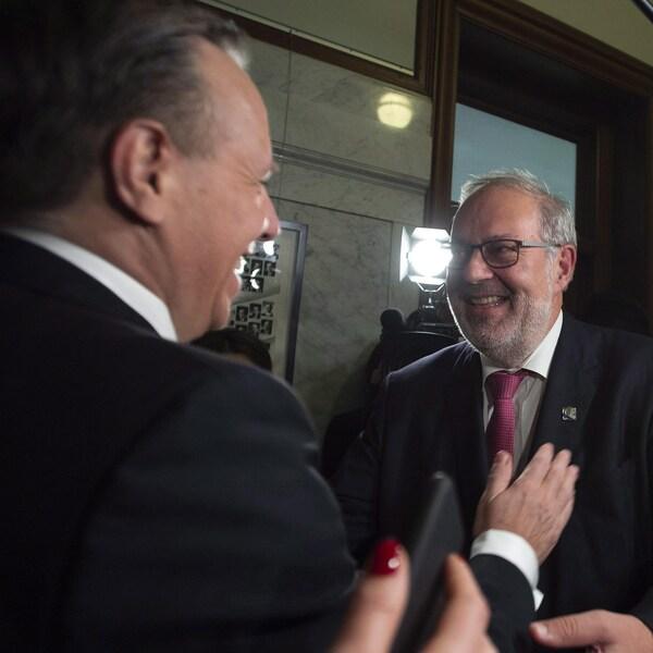 Le chef intérimaire du PLQ, Pierre Arcand, et le premier ministre, François Legault, sont tout sourire.