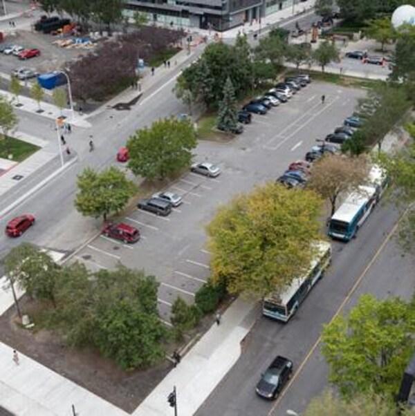 Une vue aérienne du stationnement.
