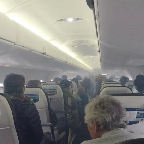 Une cabine d'avion remplie de fumée.