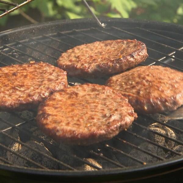 Des boulettes de viande sur le grill