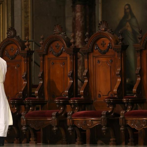 Un prêtre chilien lors d'une célébration à la cathédrale de Santiago
