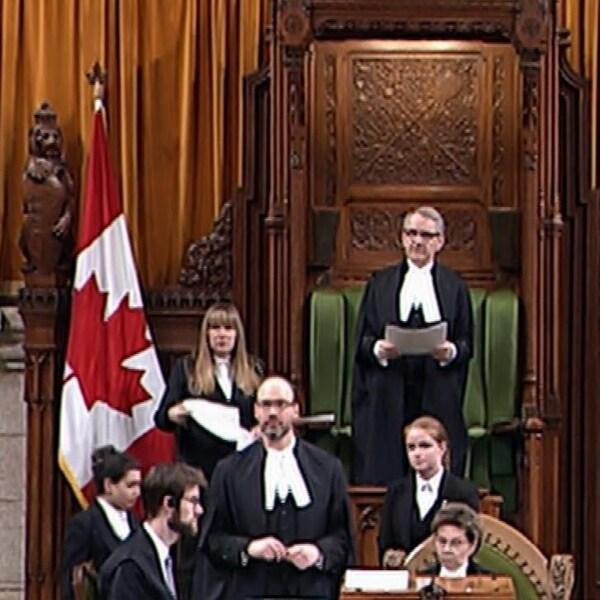 Le président de la Chambre des communes se tient debout.