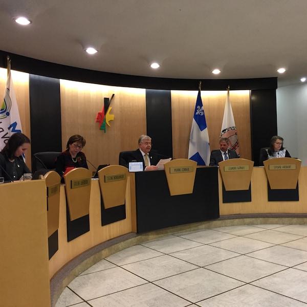 Le maire et des conseillers municipaux de Val-d'Or lors d'une séance.
