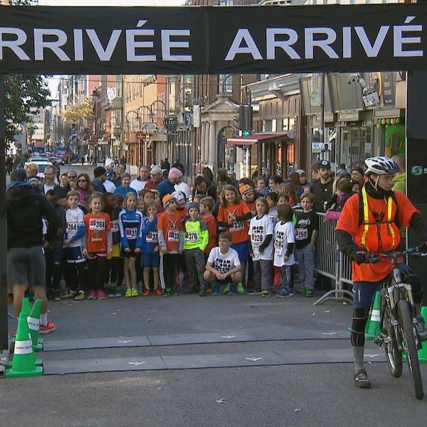 De jeunes participants à la course Courir aux abris