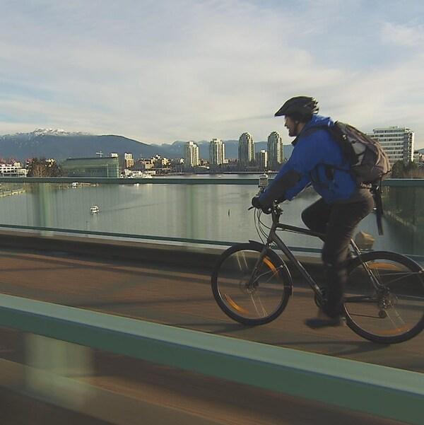 Le cycliste Adrien Pratlong traverse le pont Cambie, à Vancouver.