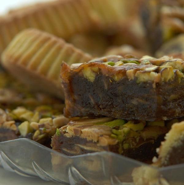 Des carrés et autres desserts aux dattes dans une assiette.