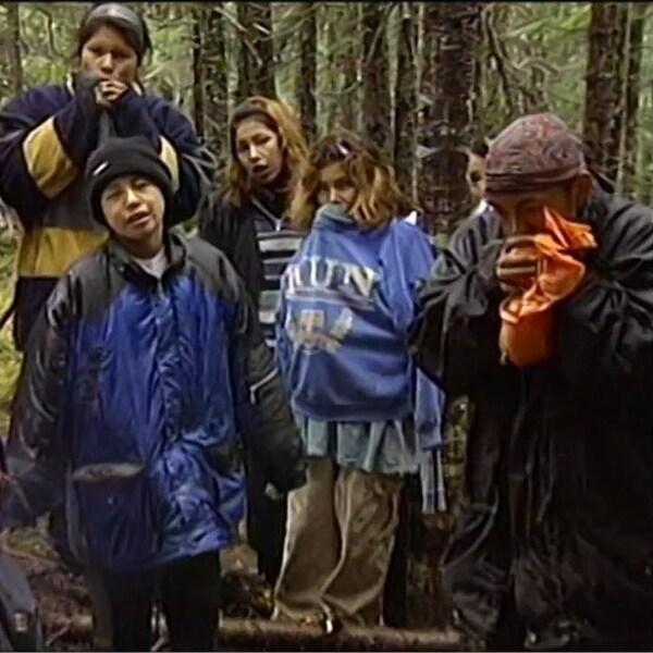Groupe de jeunes Autochtones intoxiqués, dont certains inhalent des vapeurs d'essence dans des sacs en plastique