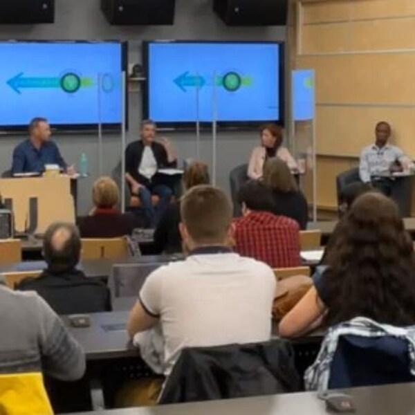 Jean-Marc Belzile, Philippe Marquis, Diane Dallaire et Vuyani Gxoyiya dans un local de l'UQAT.