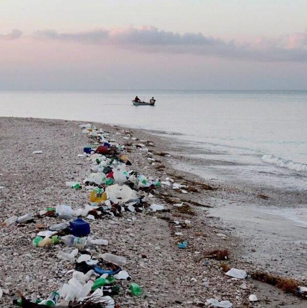 Des débris jonchent les berges d'Haïti