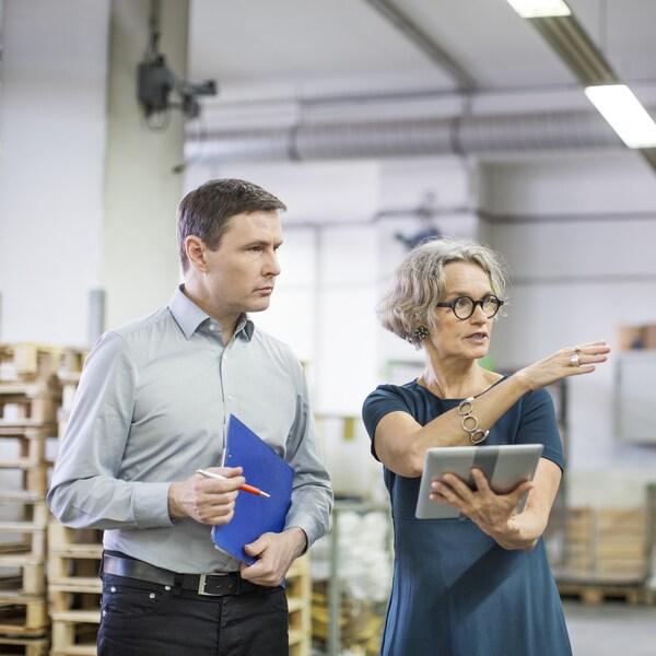 Une gestionnaire discute avec un travailleur.