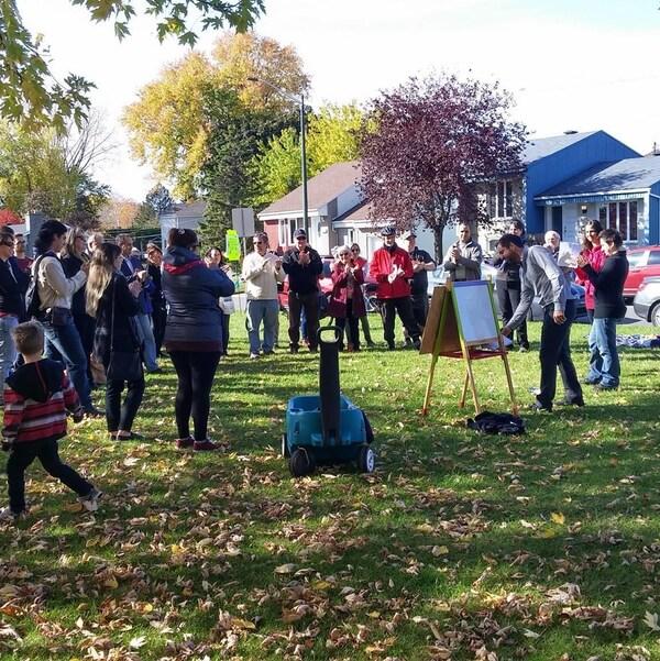 Des citoyens du secteur Beauport regroupés sur un terrain vague